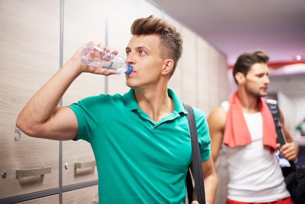 Zwei männer in der umkleidekabine im fitnessstudio