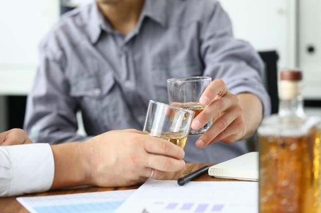 Zwei männer trinken whisky aus gläsern