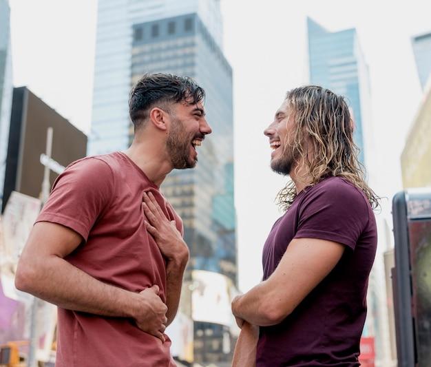 Zwei männliche freunde, die über einander lachen