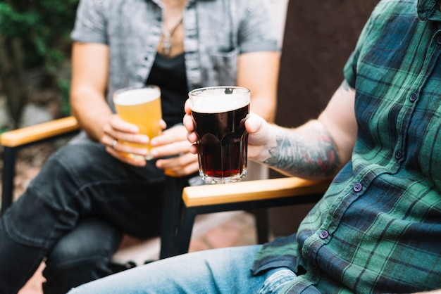 Zwei männliche freunde mit glas alkoholischen getränken