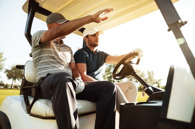 Zwei männliche golfer