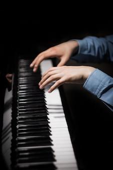 Zwei männliche hände auf dem klavier.