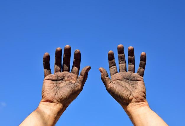 Zwei männliche hände erhoben sich