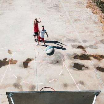 Zwei männliche spieler, die basketball üben