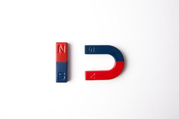 Zwei magnete auf weißem hintergrund