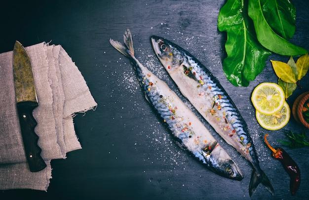 Zwei makrelen in gewürzen und salz