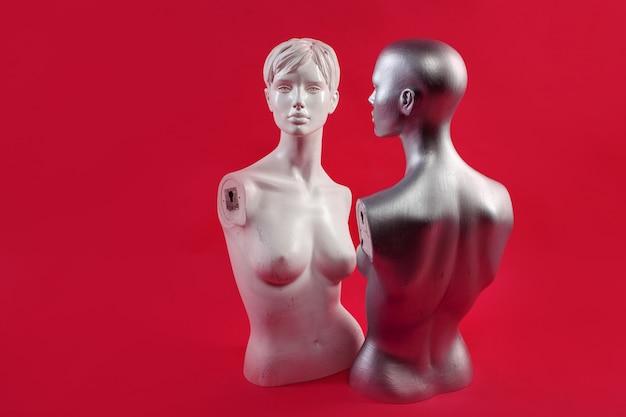 Zwei mannequins an einer rosa wand. mode und design.