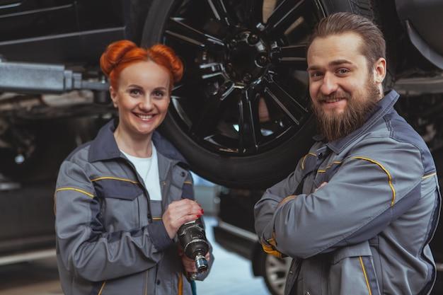 Zwei mechaniker, die ein auto reparieren