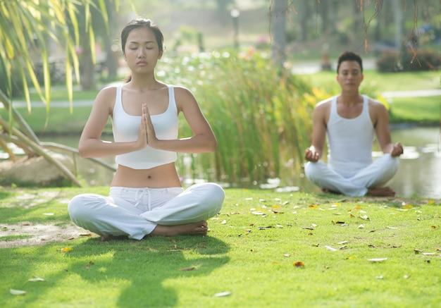 Zwei meditierende menschen