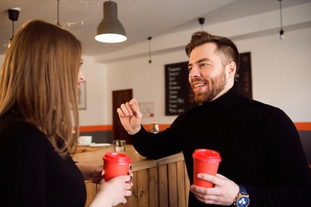 Zwei menschen im café genießen die zeit miteinander zu verbringen.
