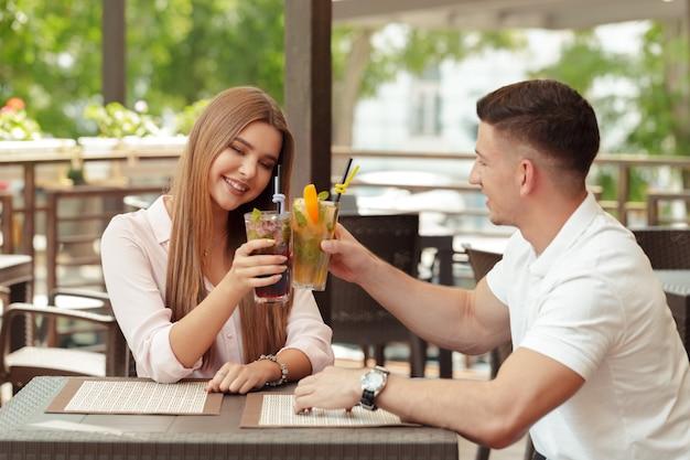Zwei menschen im café genießen die zeit miteinander zu verbringen