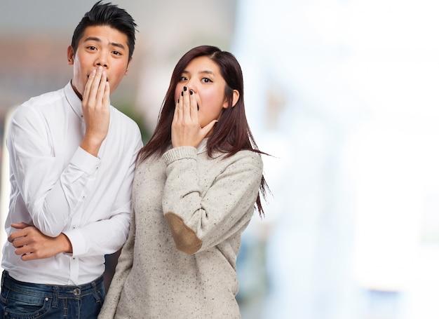 Zwei menschen in einer zeit gähnen