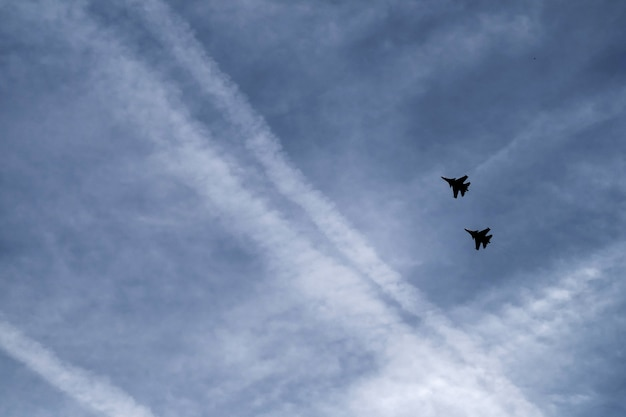 Zwei militärische kämpfer am himmel