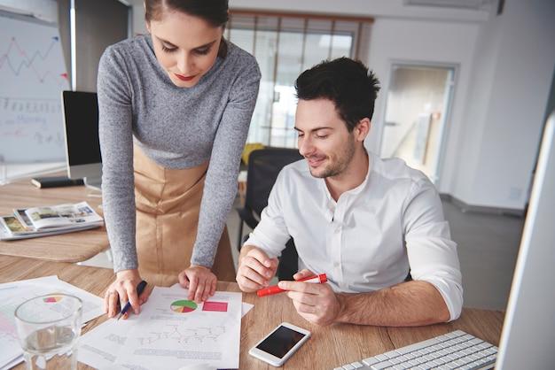 Zwei mitarbeiter arbeiten an einer neuen geschäftsstrategie