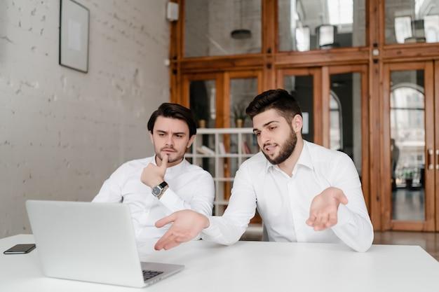 Zwei mitarbeiter besprechen das geschäft im büro
