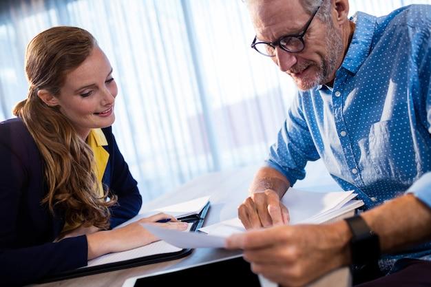 Zwei mitarbeiter, die ein dokument lesen