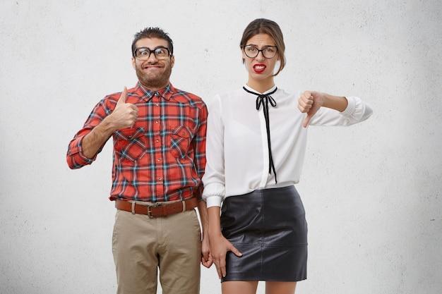Zwei mitarbeiter zeigen gegensätzliche gefühle, mögen und mögen etwas nicht,
