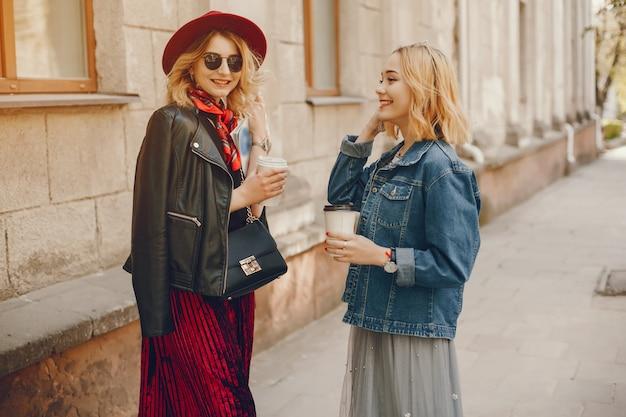 Zwei mode mädchen in einer stadt