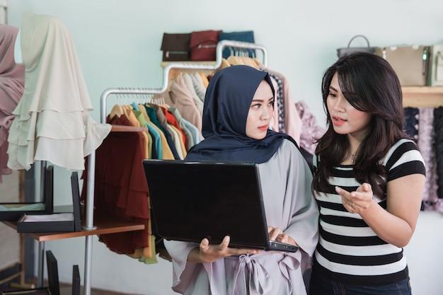 Zwei modegeschäftsinhaber diskutieren