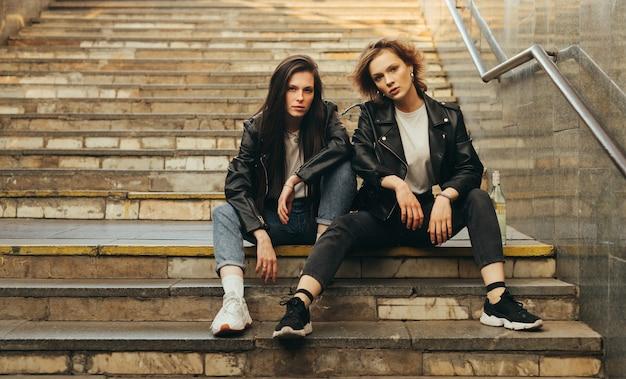 Zwei modelle auf der treppe der u-bahn