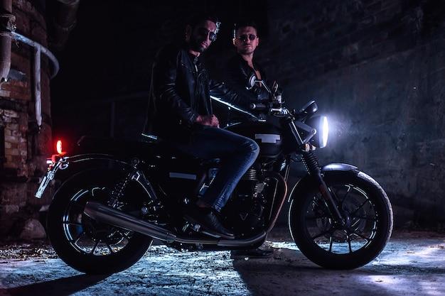 Zwei motorradfahrer aus leder