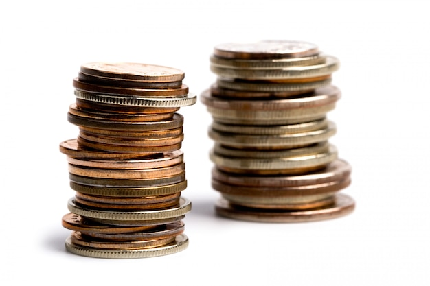 Zwei münzenstapel lokalisiert auf weißem hintergrund