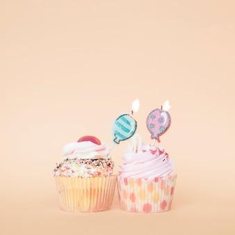 Zwei muffins mit kerzen