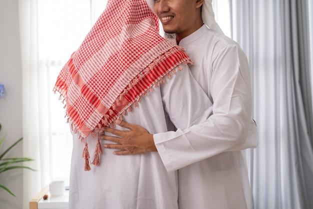 Zwei muslimische geschäftspartner diskutieren und treffen sich mit laptop zusammen