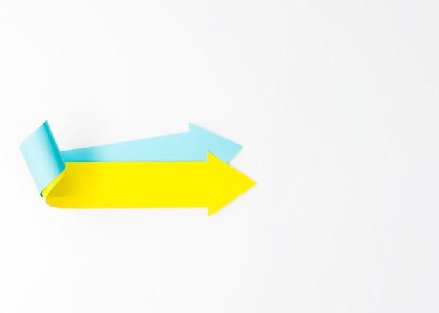 Zwei nach rechts zeigende pfeile mit kopierraum