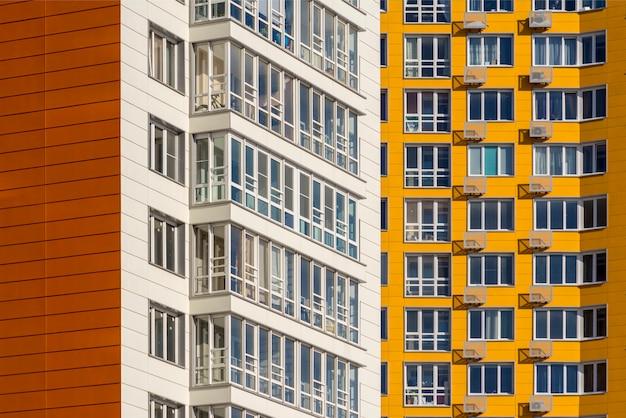 Zwei neue wohnhochhäuser. weiße und gelbe häuser im neuen bereich