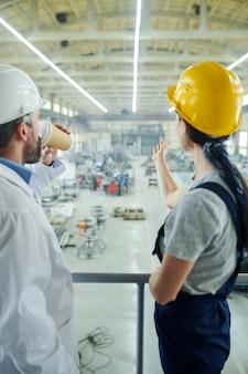 Zwei nicht erkennbare fabrikarbeiter
