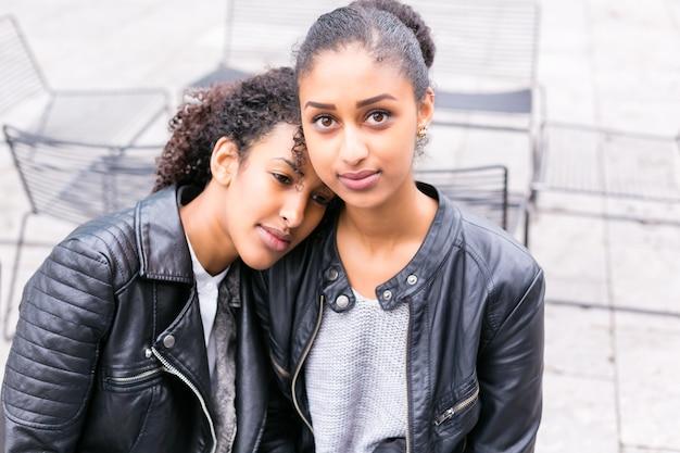 Zwei nordafrikanische jugendlich freunde, die zusammen sitzen und reden