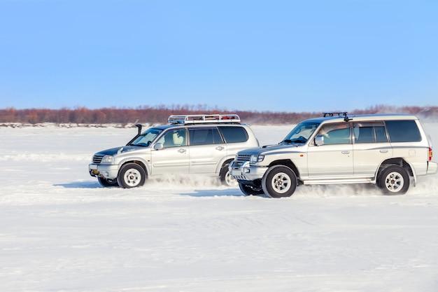 Zwei offroad-suvs fahren im winter