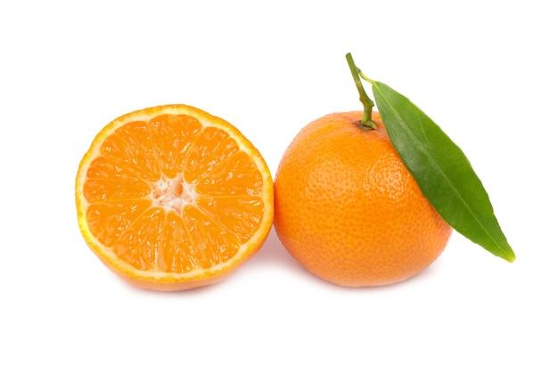 Zwei orangefarbene mandarinen mit grünem blatt auf weißem hintergrund