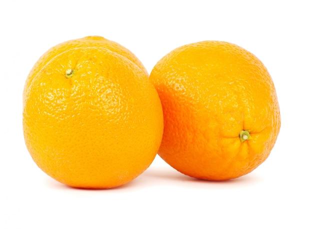 Zwei orangen an weißer wand