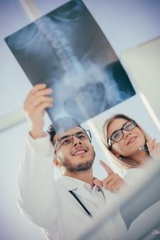 Zwei orthopädische ärzte, die das röntgenbild des patienten betrachten. foto mit kopienraum