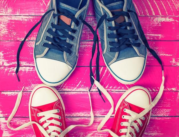 Zwei paar textil-sneaker mit losen schnürsenkeln