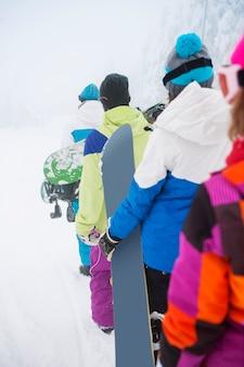 Zwei paare, die spaß haben und snowboarden Kostenlose Fotos