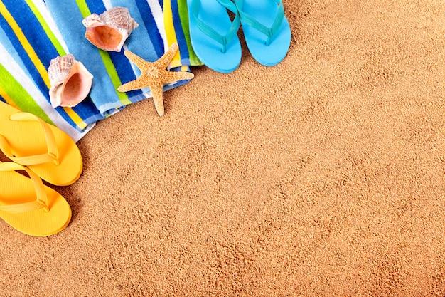 Zwei paare von flip-flops am strand