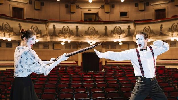 Zwei pantomimekünstler, der im auditorium kämpft