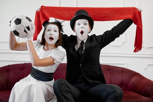 Zwei pantomimen, fußballfans parodieren