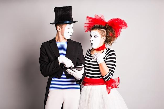 Zwei pantomimen verwendung von tablet, aprilscherz-konzept.