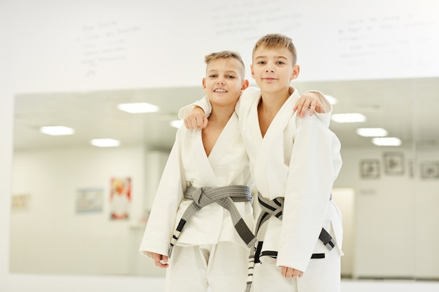 Zwei partner stehen nach dem karate-wettbewerb