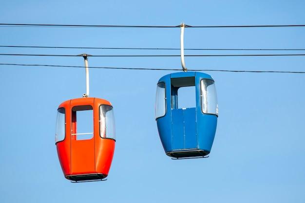 Zwei passagierkabinen an der seilbahn