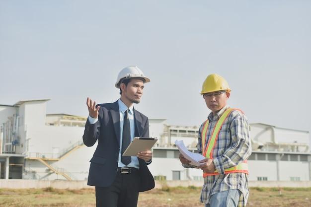 Zwei personen geschäftsmann sprechen kommunikation architektur bauprojekt