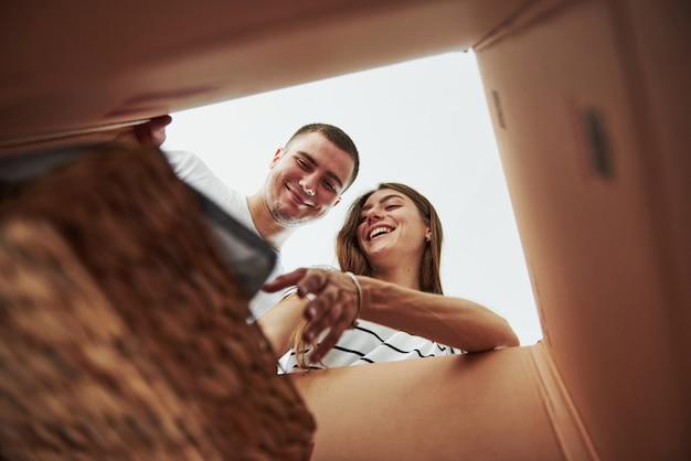 Zwei personen schauen in die kiste. konzeption des umzugs.