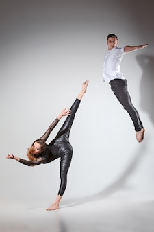 Zwei personen tanzen im zeitgenössischen stil