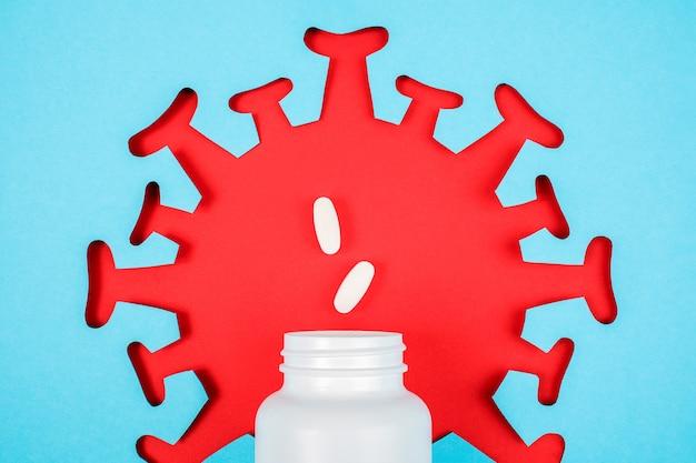 Zwei pillen fliegen aus der medizinischen flasche. nahrungsergänzungsmittel, antibiotika, schmerzmittel und rotes abstraktes bild der virusbakterium-mikrobe