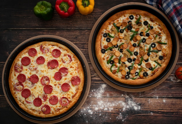 Zwei pizza auf holztisch, draufsicht