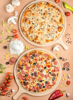 Zwei pizzen auf dem tisch
